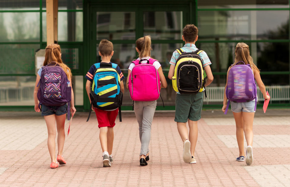 kids-with-backpacks-close-up